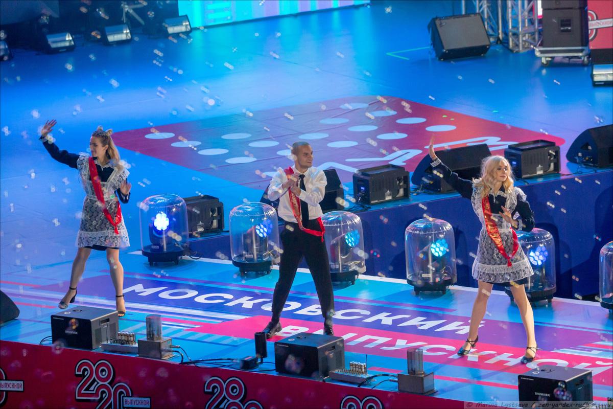 Как в парке культуры выпускникам-2020 концерт и салют давали B79Q3334