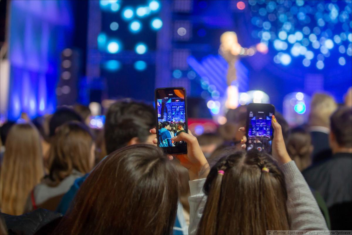 Как в парке культуры выпускникам-2020 концерт и салют давали B79Q3539