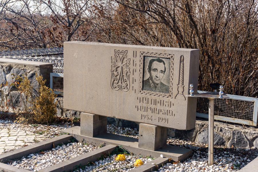 Скромная могила Шарля Азнавура.