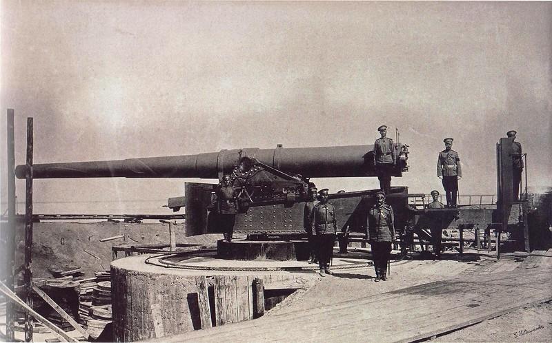Орудийный расчет крепостного 10-дюймового орудия на бетонной установке. У орудия император Николай II.