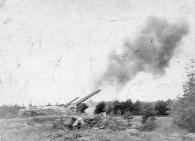 Стряляет 305-мм башенная батарея форта Краснофлотский (Красная Горка)
