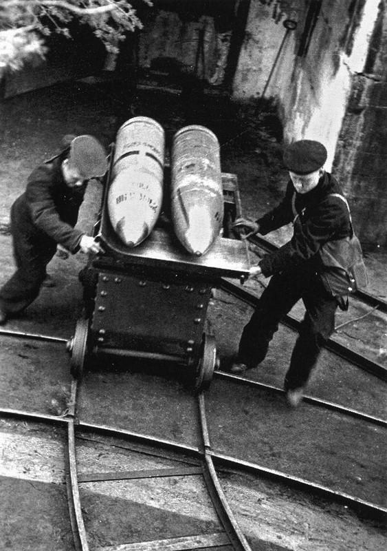 Два матроса 311-й береговой батареи форта «Красная горка»  везут 305-мм снаряды
