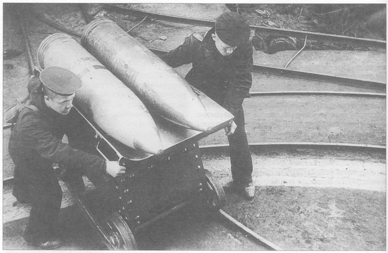 Подача 305-мм снарядов к орудию