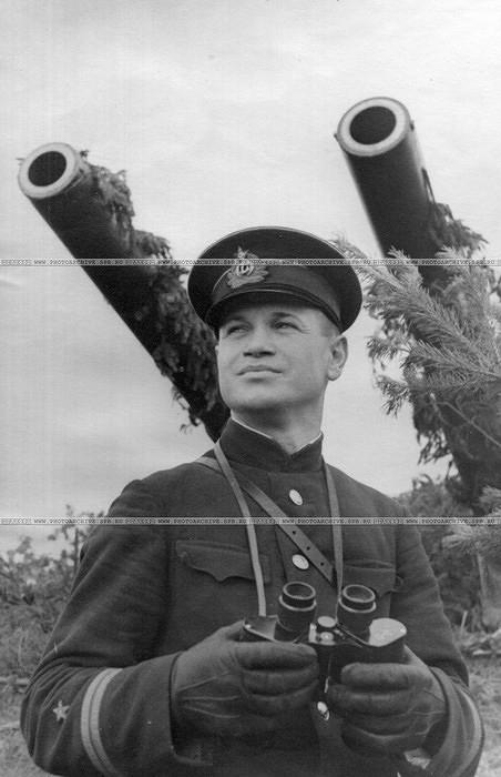 Старший лейтенант М.Ф.Пивоваров у орудия