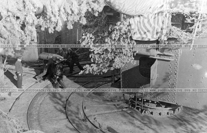 Краснофлотцы 312-го батальона у тяжелого орудия береговой охраны на форте Красная горка