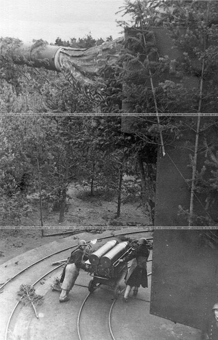 Краснофлотцы 312-го батальона Н-ской береговой батареи у тяжелого орудия на форте Красная горка