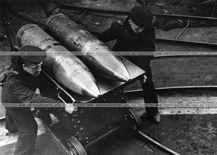 Подача снарядов к тяжелому орудию на форте Краснофлотский