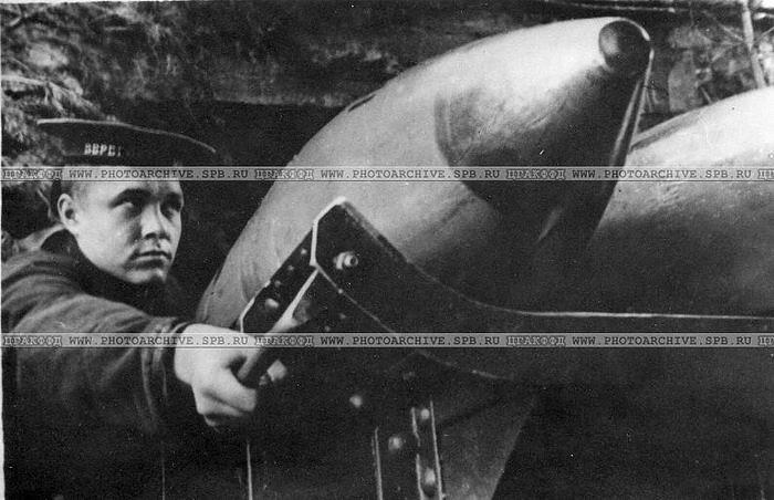 Краснофлотец Б.Смирнов подает снаряды на форте Красная горка