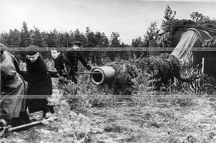 Моряки-балтийцы за чисткой орудия