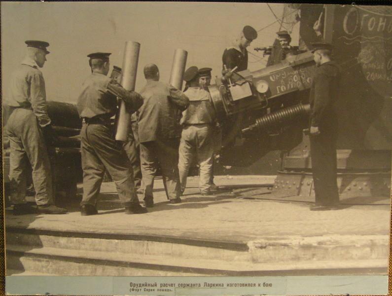 Орудийный расчет сержанта Ларкина изготовился к бою (Форт Серая Лошадь)