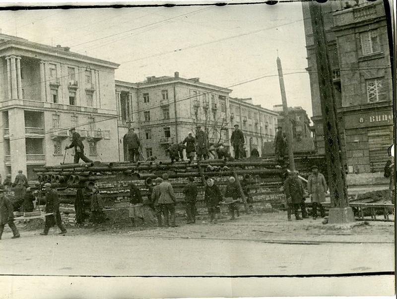 Строительство баррикад на ул. Стачек. Сентябрь 1941 года.