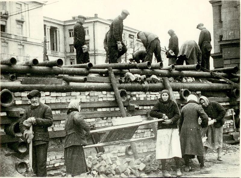 Строительство баррикады в Автово. 24 сентября 1941 года.