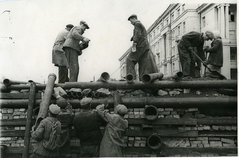 Ленинградцы на постройке баррикад в Автово. Сентябрь 1941 года.