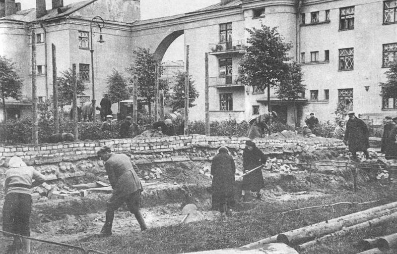 Ленинградцы строят баррикаду на Тракторной улице
