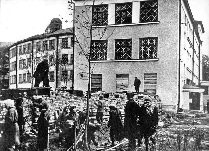 Строительство баррикады на проспекте Стачек. 24 сентября 1941 г.