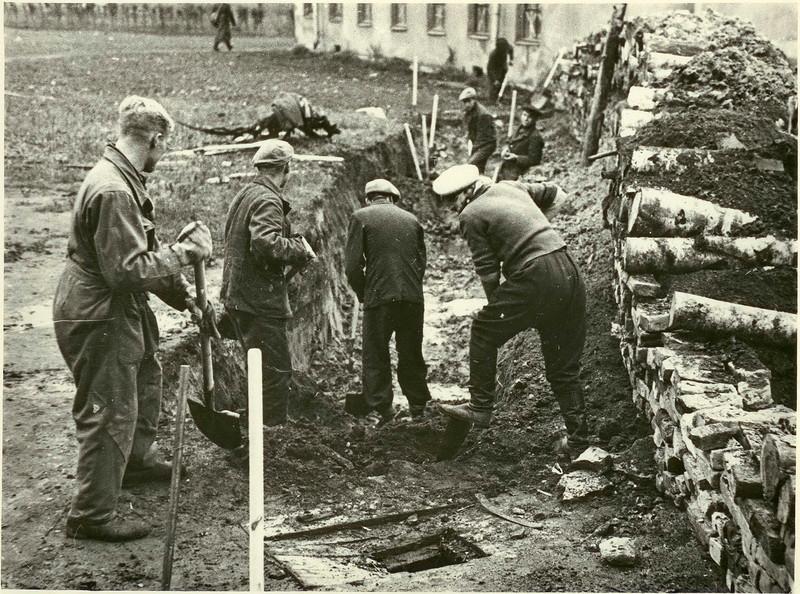 Постройка баррикад на улицах Ленинграда. 18 сентября 1941 г.