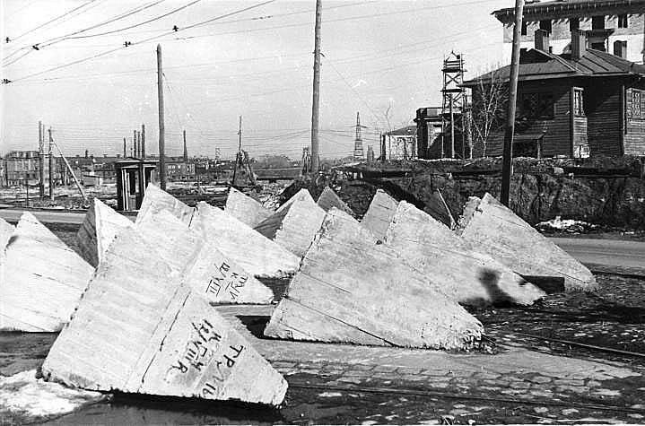 Бетонные надолбы в районе трамвайного кольца Красный Путиловец 1941