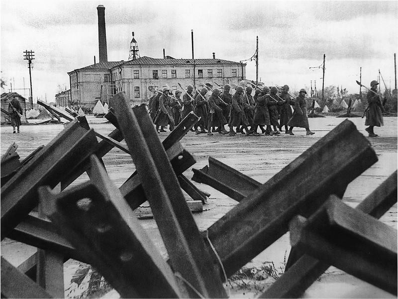 Бойцы инженерных частей отправляются на строительство оборонительных сооружений
