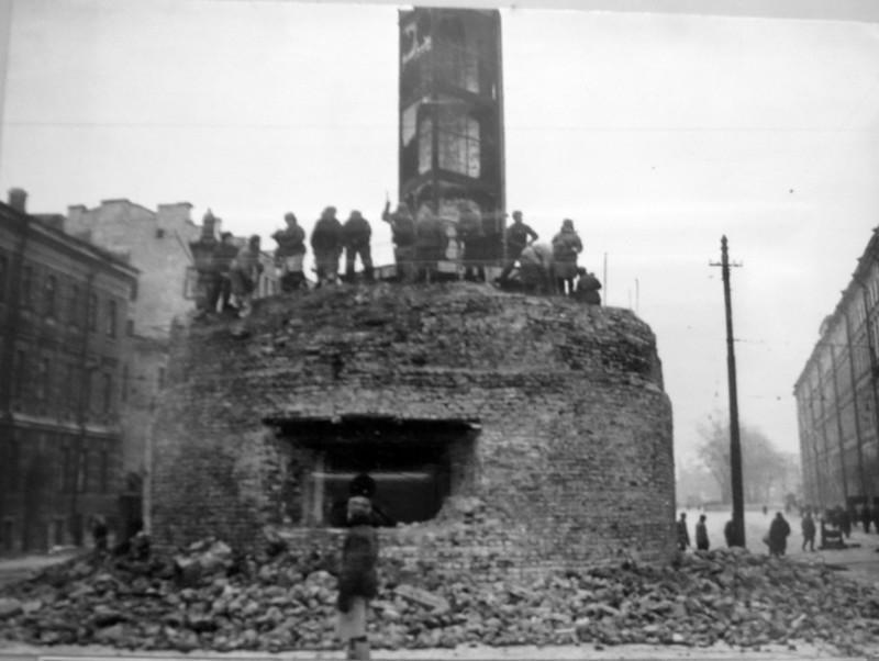 Бойцы МПВО разбирают огневую точку на площади Восстания