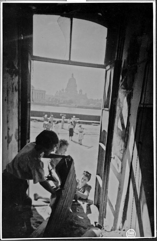 Студентки Государственного университета разбирают амбразуру в окне главного здания