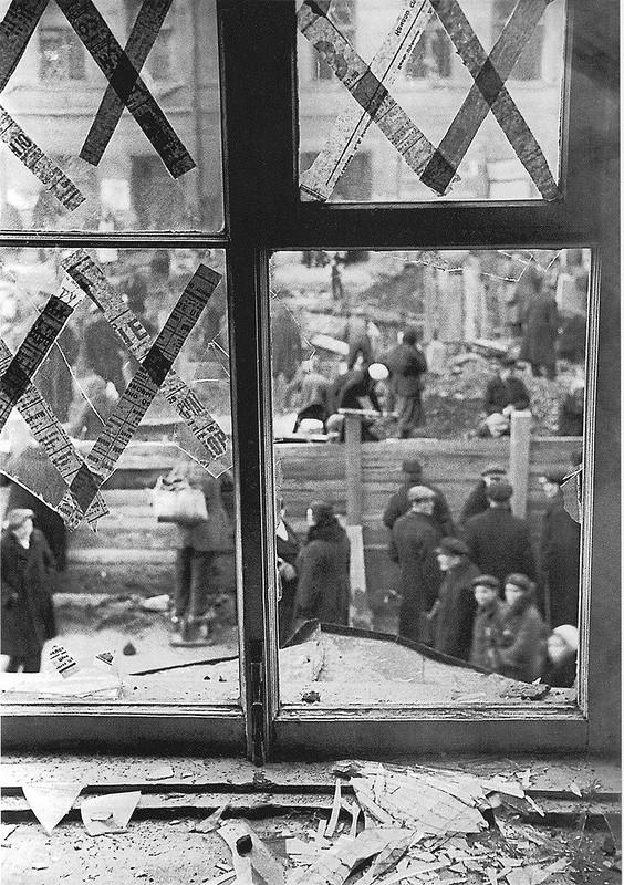 Вид на двор из разбитого окна ленинградского Театра юных зрителей на Моховой улице после немецкого артобстрела. 05.10.1941 г.