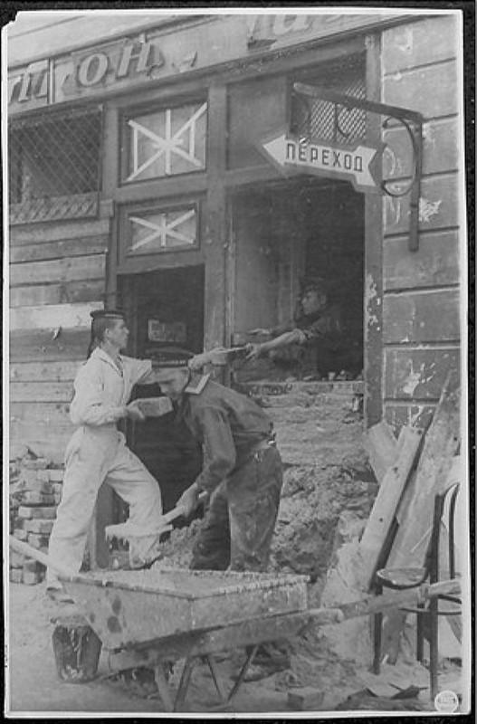Ленинград готовится к обороне. Строительство огневых точек в окнах первых этажей.