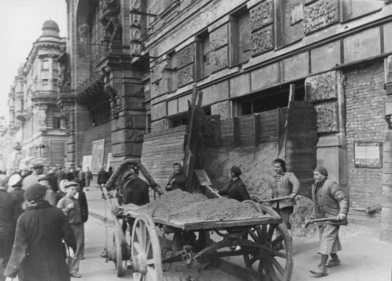 На проспекте 25-го Октября (Невский). 1941 год.