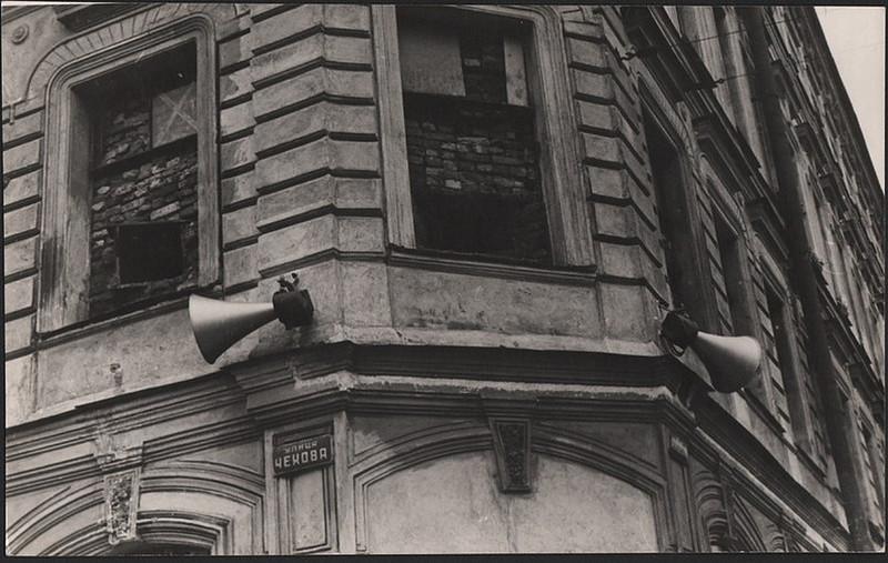 Огневые точки в окнах дома на улице Чехова
