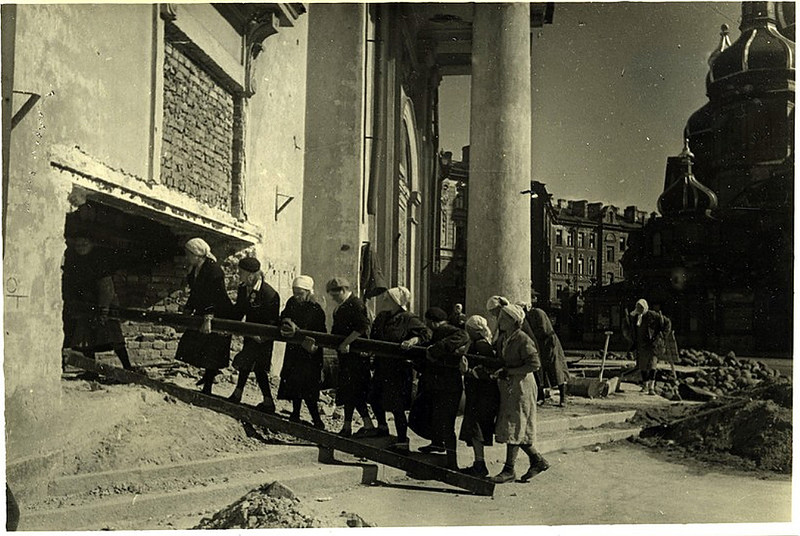 Строительство огневой точки на Сенной площади. Сентябрь 1941 года.