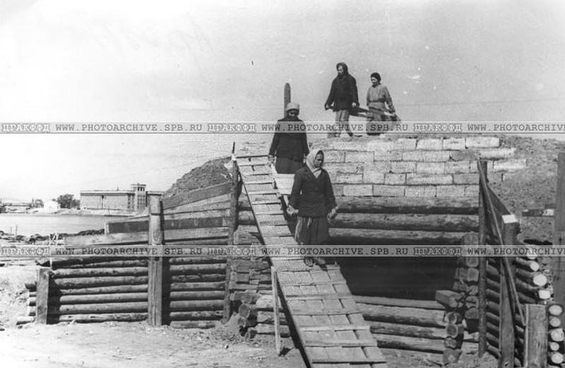 Постройка ДЗОТа на окраине города. 15 июня 1942 года.
