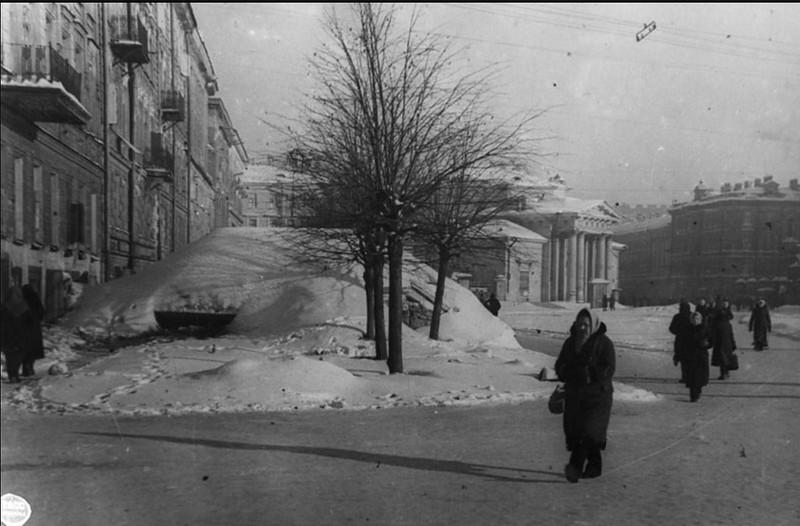 Сенная площадь. ДОТ, предназначенный для обстрела Международного (Московского) проспекта. Февраль 1942 г.