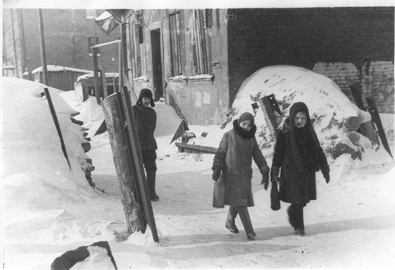 Баррикада на улице блокадного Ленинграда