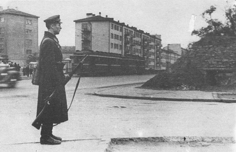 Ленинградский милиционер у ДЗОТа перекрестке улиц на Выборгской стороне