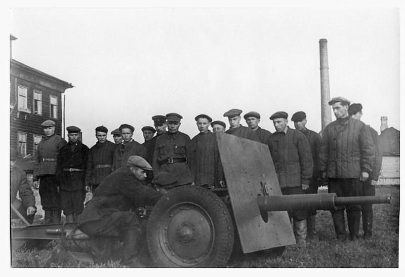 Ополченцы изучают 45-мм пушку «Ленинградку»