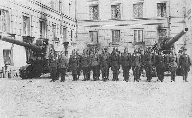 Личный состав одной из батарей 73-го корпусного артиллерийского полка после награждения. Двор Дома Советов. Июнь 1943 г.