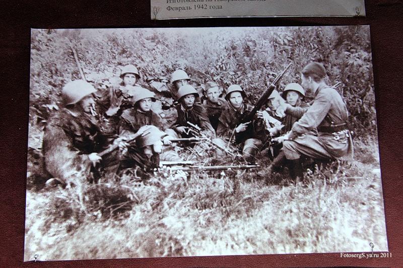 Инструктаж снайперов Ижорского батальона перед выходом на позиции. 1943 год.
