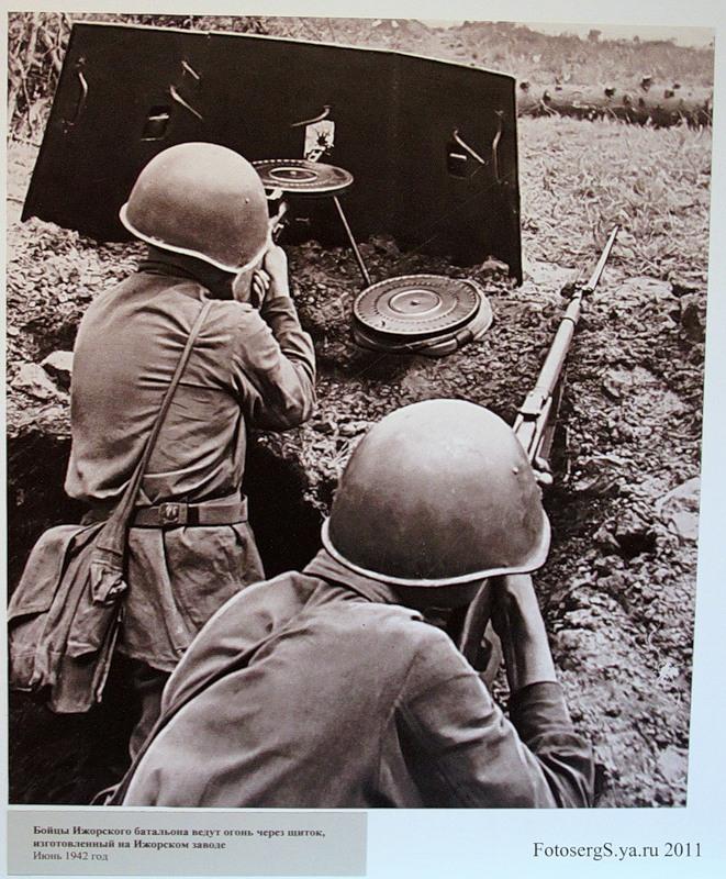 Бойцы Ижорского батальона ведут огонь через щиток изготовленный на Ижорском заводе