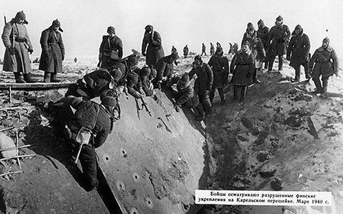 Бойцы РККА осматривают западный каземат ДОТ № 4 «Поппиус»