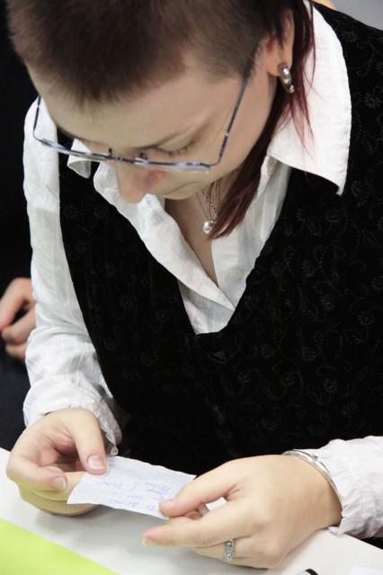 Лю читает текст задания