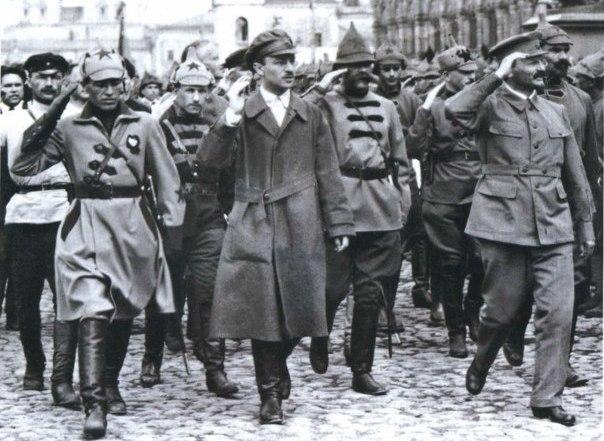Sklyanskij-i-Trotskij-na-Krasnoj-ploshhadi