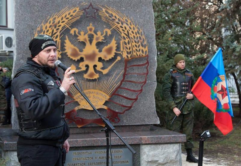 """В окупованому Луганську новий пам'ятник - """"засмажена курка"""". ФОТО"""