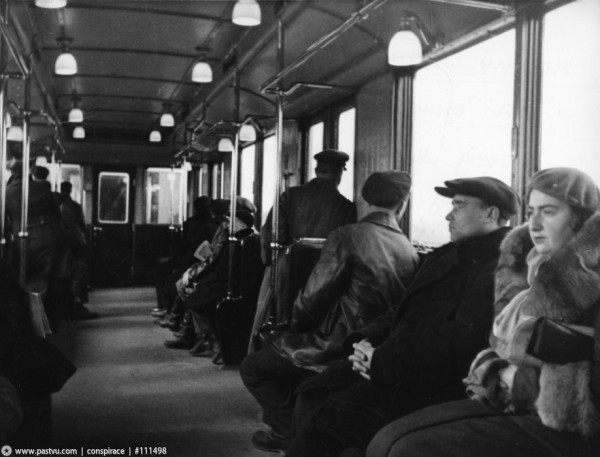 7_Поезд_метро_на_перегоне_Смоленская-Киевская_20_марта_1937_года_метромост