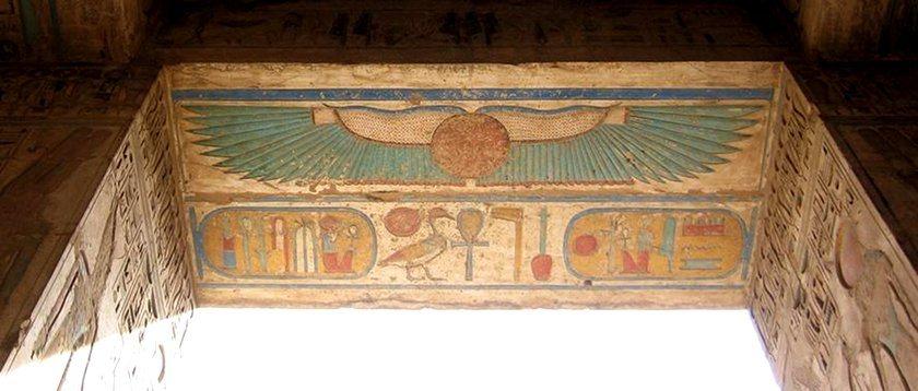 Изображение диска с крыльями в храме Хора (Гора) в Эдфу, Египет