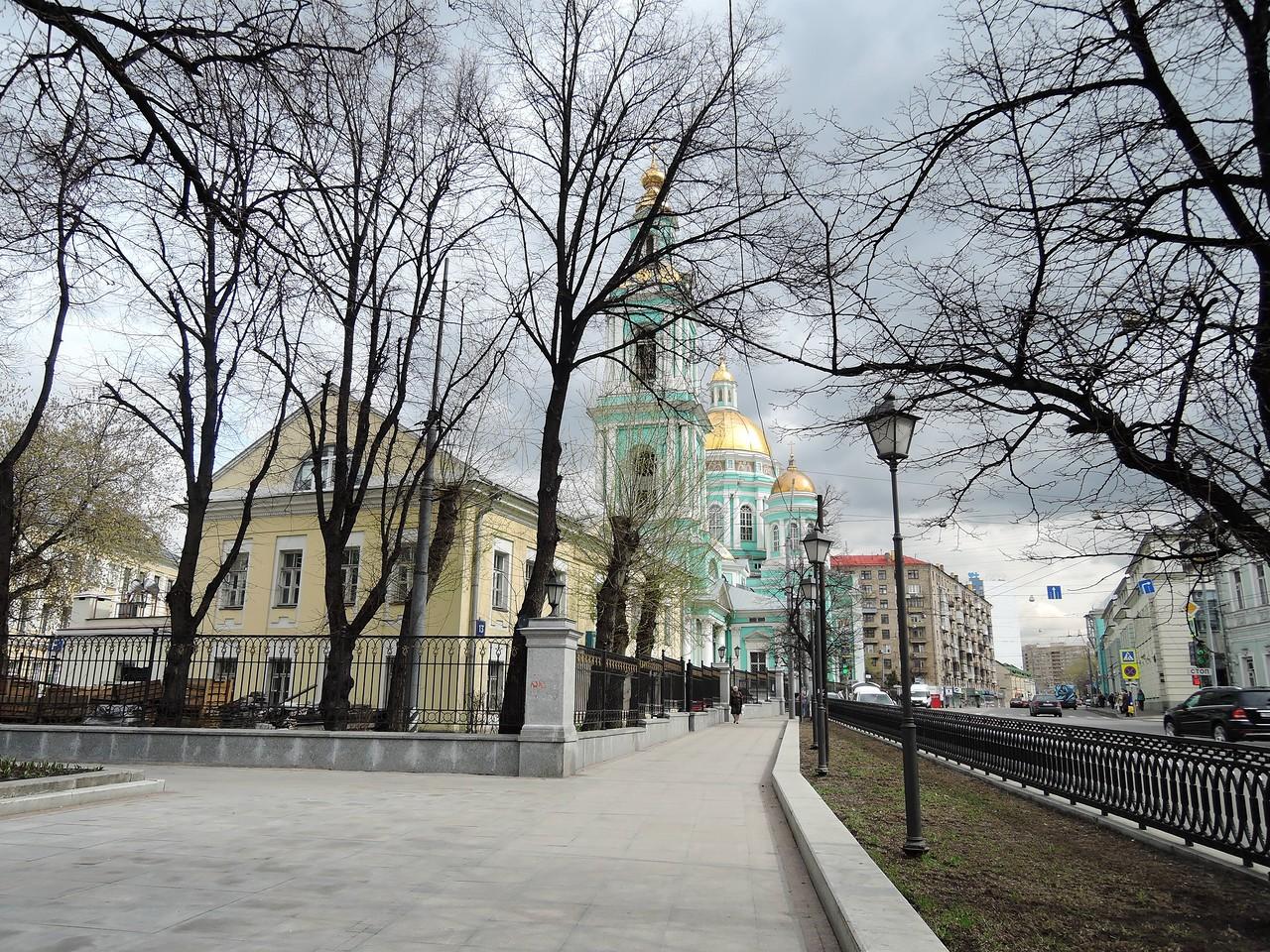 Сквер. Вид на Елоховский собор.