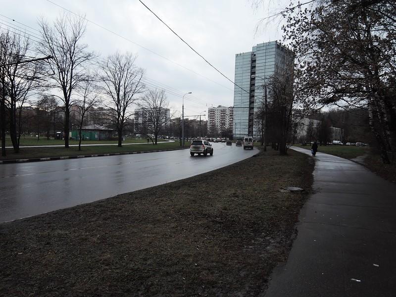 Уссурийская улица. Впереди пробка. Приехали.