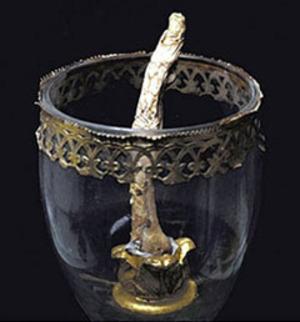 Стеклянный открытый сосуд с торчащим из него пальцем Галилея