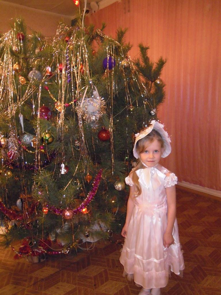 в новый год у нашей ёлки...