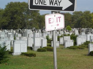 На кладбище такие указатели...
