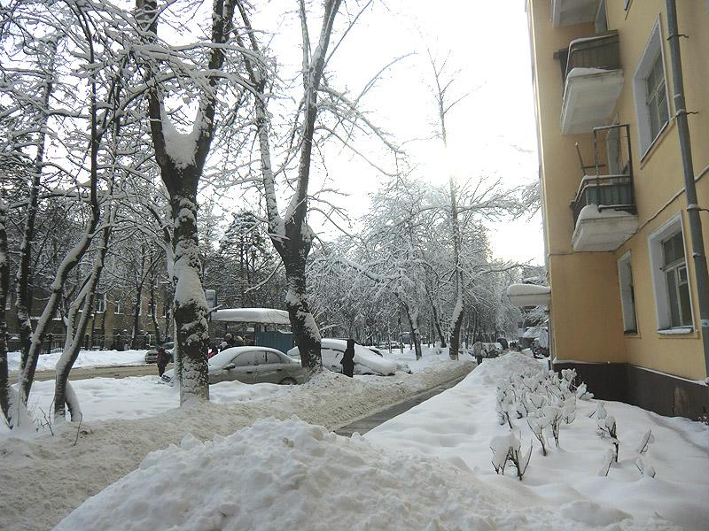 снег у подъезда
