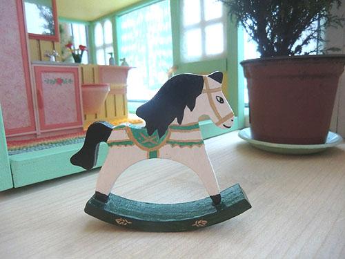 лошадка с черной гривой